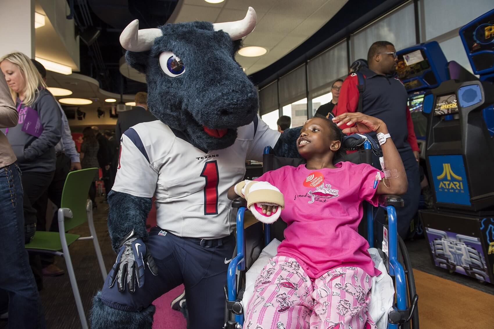 Keyasia Hamilton chats with mascot Toro. (Credit: Allen S. Kramer/Texas Children's Hospital)