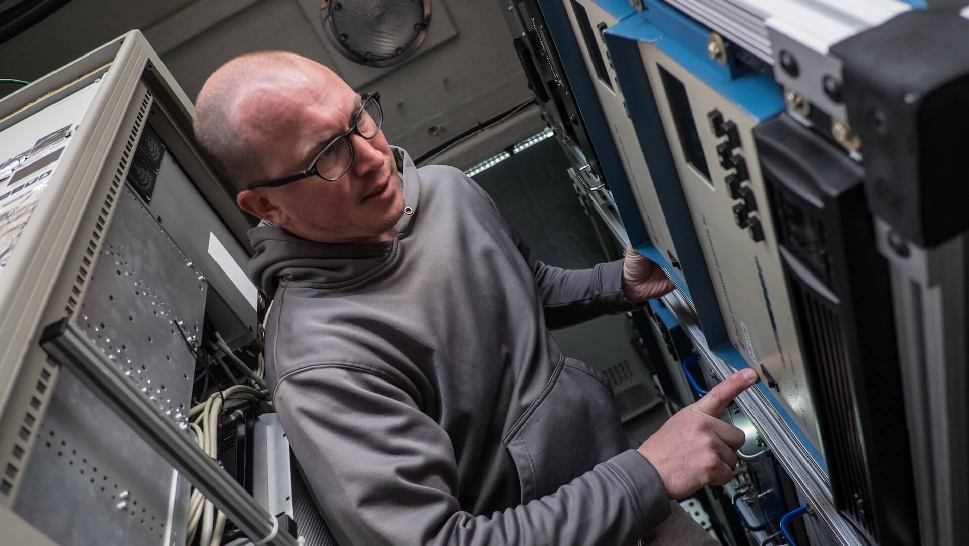 Rice researcher Will Wallace prepares electronic monitors for a day on the road. (Credit: Jeff Fitlow/Rice University)