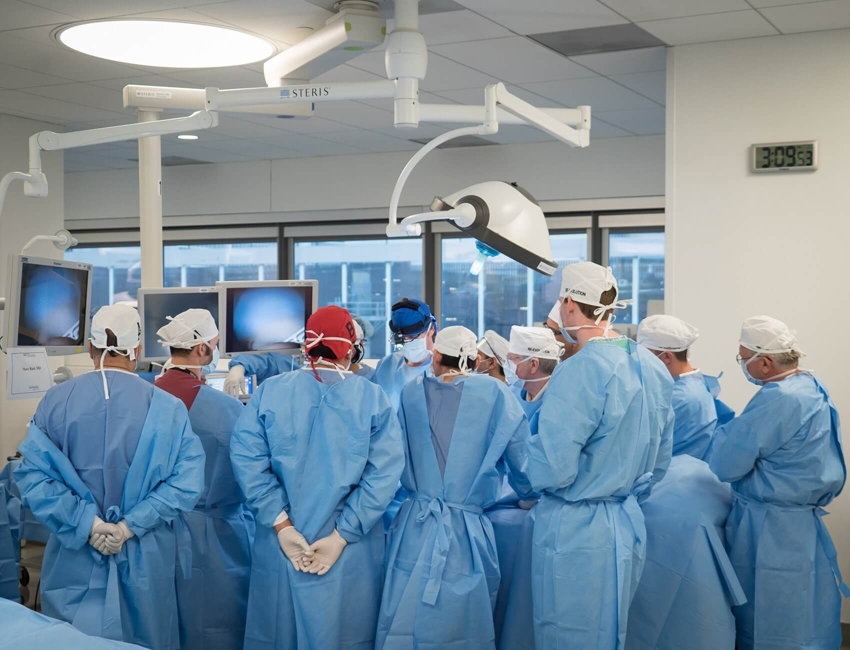 In the afternoon, attendees rotated through stations featuring distinct minimally invasive techniques, performing procedures under the guidance of expert faculty members.