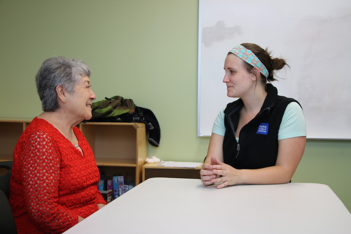Delfina Colina, left, speaks with student Kelsey Beznar (Credit: Bethany Strother, Baylor College of Medicine).