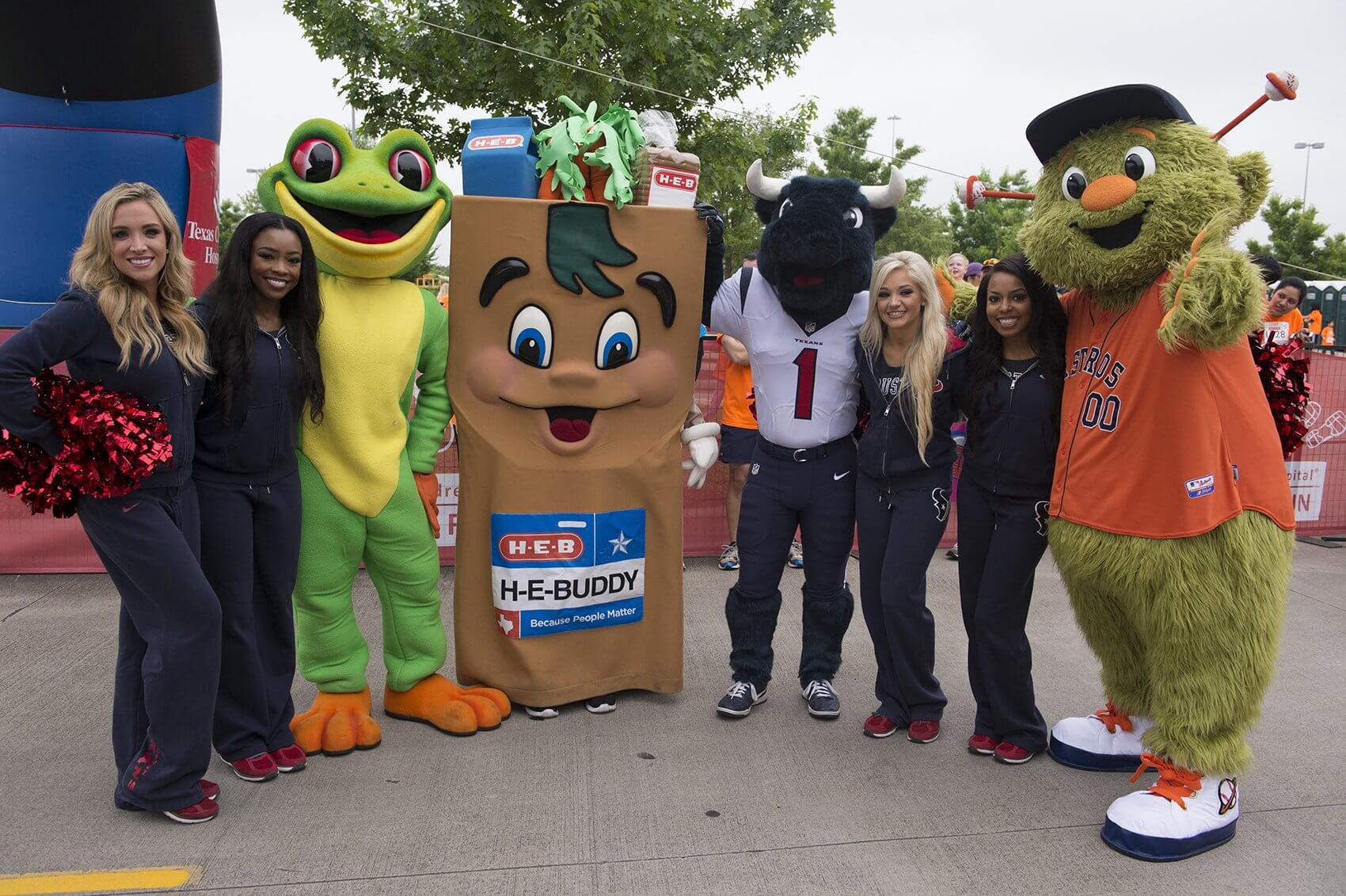 Houston Texans Cheerleaders, Toro, Orbit, H-E-Buddy, and the Rainforest Café Frog posed before the race began (Credit: Paul Vincent Kuntz/Texas Children's Hospital)