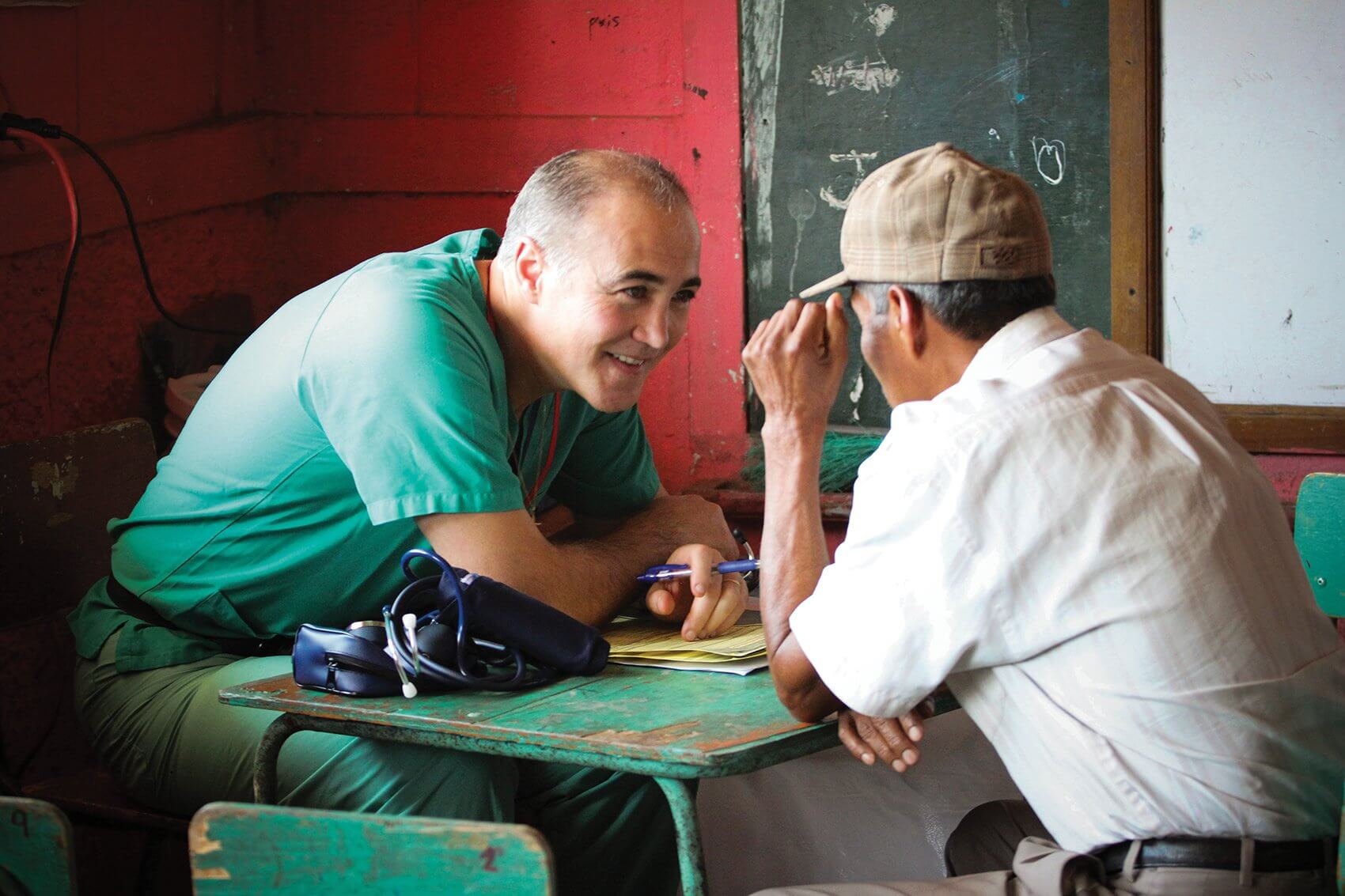 Stefano Sdringola, M.D., speaks with a patient in the clinic. (Credit: Josie Johnson)